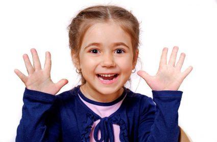 в каком возрасте у детей начинают выпадать молочные зубы
